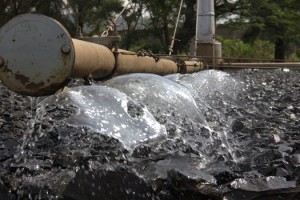 Water trickling into the existing filters. Kisumu, the third largest city in Kenia, bordering Lake Victoria, can only treat one sixth to one tenth of its waste water. And the expansion of the plant is not sufficient.